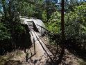 Železobetonový mostek přes skalní průrvu.