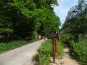 Závora se zákazem a k tomu ještě dopravní značka se zákazem vjezdu cyklistům, takže jsme v lese a v lese dopravních značek.