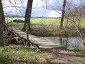 Dřevěná lávka pro pěší a odvážné cyklisty přes říčku Morávku.