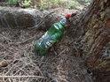 Zátiší s mrtvou plastovou lahví od piva, Inu fuj...