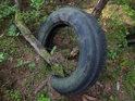 A zase člověk! Tento měl asi zbytečnou pneumatiku kolem pupku, tak ji odhodil.