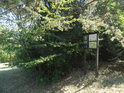 Úřední a informační cedule na okraji lesa při severovýchodní hranici chráněného území.