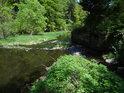 Řeka Chrudimka přijímá zprava Debrný potok v osadě Peklo.