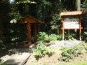 Hezká krytá lavička a informační cedule v severní části chráněného území.