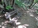 Při cestě na Lovoš ze strany východní narazíme na několik laviček.