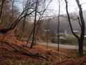 Pohled mělkým údolím k silnici, řece Svitavě a domům pod nádražím Babice nad Svitavou.