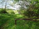 Formální závora před vjezdem do chráněného území Medlovický lom.