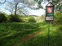 Úřední a informační cedule na jižní hranici chráněného území Medlovický lom.