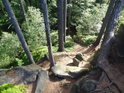 Cesta mezi skalami je prudká a jen pomalu schůdná.