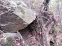 Malý skalní úkryt, velikostně tak asi pro klubko zmijí.