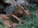 Úlomky balvanů s pásy napovídají, že by mohlo jít o sedimenty.