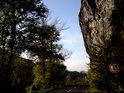 Jsme pod Dívčím skokem, ke kterému se vztahuje pověst tří sester z nedalekého hradu Vrabinec.
