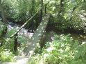 Přes říčku Branná vede pěkná dřevěná lávka a ta je součástí naučné stezky Pasák.