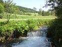 Příjemný splav na Branné, v pozadí je znát stromořadí kolem silnice a ještě za ní lze vidět železnici.