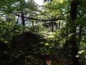 Za Sluncem prosvětlenými listy buků a skalním ostrohem lze rozeznat hladinu Sečské přehrady.
