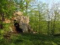 Hrad Oheb byl dílem vybudován uměle a dílem tu byly využity přirozené vlastnosti skalního ostrohu.