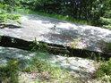 Nebezpečná skalní skulina u Pasáka se dá v klidu překročit.