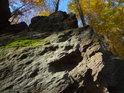 Mech na skále v Pekle kontrastuje svojí zelení s podzimním hávem bukových listů.