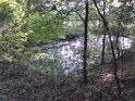 Malá vodní nádrž pod jižní cestou.
