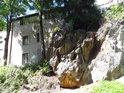 Sluncem zalitá skalní stěna pod Hloubětínským zámkem.