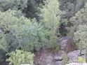 Kolmý pohled dolů z místa zvaného Čertovy kazatelny.