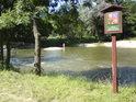 Úřední cedule na pravém břehu řeky Moravy pod jezem.