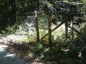 Severozápadní cíp národní přírodní rezervace Ranšpurk je osazen úřední cedulí.