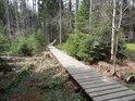 Solidní dřevěný chodník od chaloupky k Velkému mechovému jezírku.