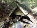 Nádherná studánka s dřevěným žlábkem nedaleko Velkého mechového jezírka.
