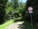 Asfaltová cesta přechází v lehce zpevněnou lesní cestu vzhůru do Rokycanské stráně.