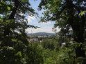 Průhled mezi stromy na Rokycany.