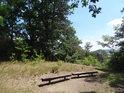 Dvojice laviček kolmo k hřebeni Rokycanské stráně.