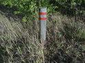 Hraniční znak na kůlu je sice standardní značení, ale jeho trvanlivost je nevalná, proto časem žádá výměnu.