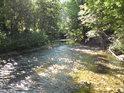 Řeka Dědina uhání k Cháborům.