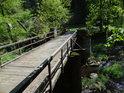 Dřevěný most na kamenných pilířích přes řeku Chrudimku je také hranicí mezi chráněnými územími Krkanka (vlevo) a Strádovské peklo.