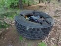 Jen člověk takto do lesa dokáže odhodit nepotřebnou pneumatiku.