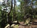 To co mezi skalními bloky vypadá jako cesta, to je pouhý klam.
