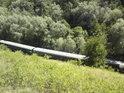 Pod strání po trati vlaky jezdí poměrně často