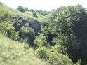 Úhel lomu skály se nezdá být přirozený, inu železnice se tudy razila kdysi i na stranu do kopce.