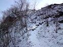Sníh ukáže pěšiny v prudkém svahu.