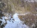 Pěšinka stěnou lomu sněhem krásně vyniká.