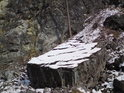 Opuštěný kamenný blok.