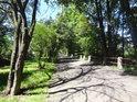 Asfaltová cesta na jižním okraji chráněného území.
