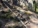 Dřevěný položený skalní žebřík dává vlézt do skal i bez lepšího vybavení.