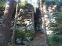Úzká skalní průrva dělí Tisůvku na dně blízko stojící skály.