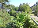 Ve východním sousedství teče říčka Mojena, ale zde vypadá spíše jako stojatá strouha.