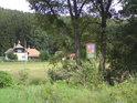 Ochranná cedule na jižní straně chráněného území, u potoka Hradečka.