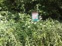Tato ochranná cedule byla zajisté usazena mimo hlavní vegetační období.