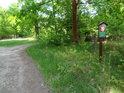 Zdvojená úřední cedule při lesní cestě Petrovice nad Orlicí – Třebechovice pod Orebem.