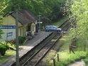 Železniční zastávka Petrovice nad Orlicí a auto jedoucí přes přejezd.